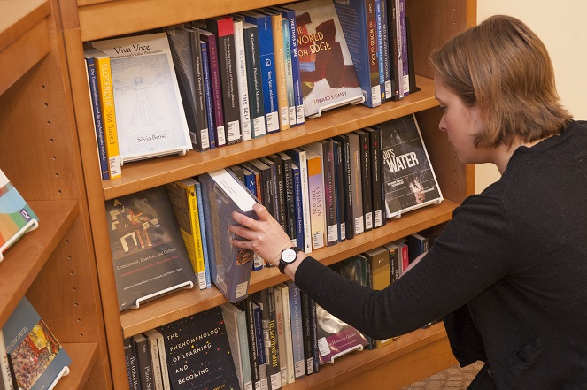 SSPC Patron browsing New Book Nook